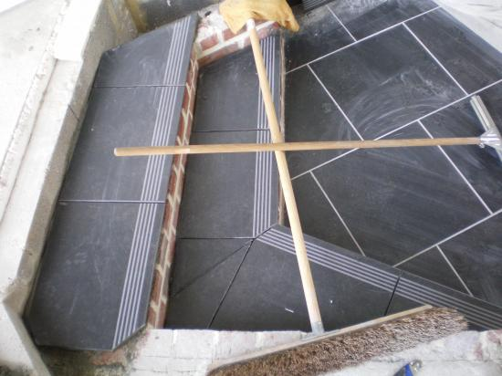 Comment faire joint carrelage plinthe travaux chantier for Poncage carrelage